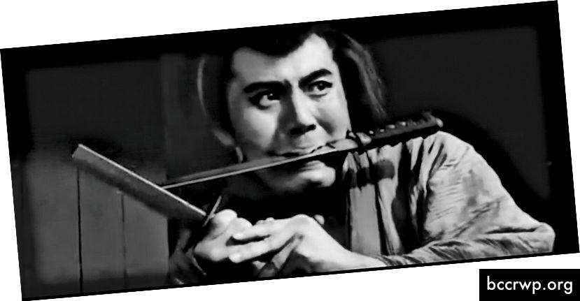 """Raizo Ichikawa hópast saman við lokaárásina gegn sverði í kvikmyndinni """"Svikin"""" árið 1966. Skjámynd frá YouTube bút"""