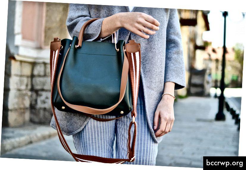 """""""Жени, докато носят зелена и кафява кожена двупосочна чанта през рамо"""" от Pete Bellis на Unsplash"""
