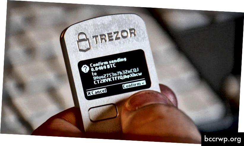 Хардуерният портфейл на Trezor осигурява най-високо ниво на защита, но изисква да носите допълнително устройство по всяко време. Кредит: Stickac в Wikipedia.