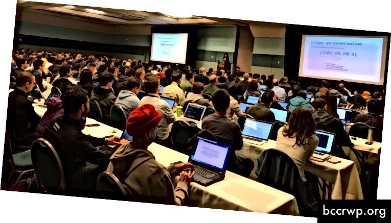Стотици хора се събират, за да научат за машинното обучение в AI Frontiers за семинар в Tensorflow през 2017 година.