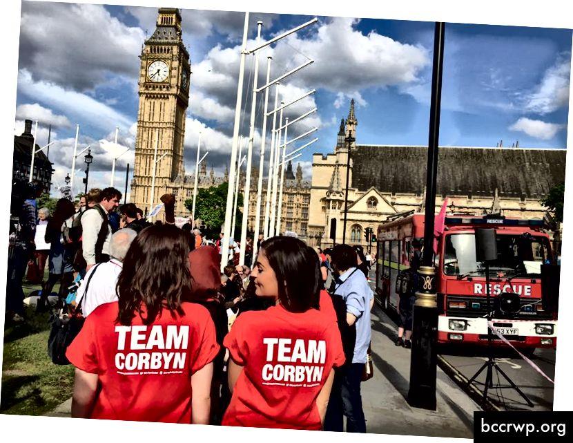 Parlamendi väljakul peetaval Keep Corbyni rallil