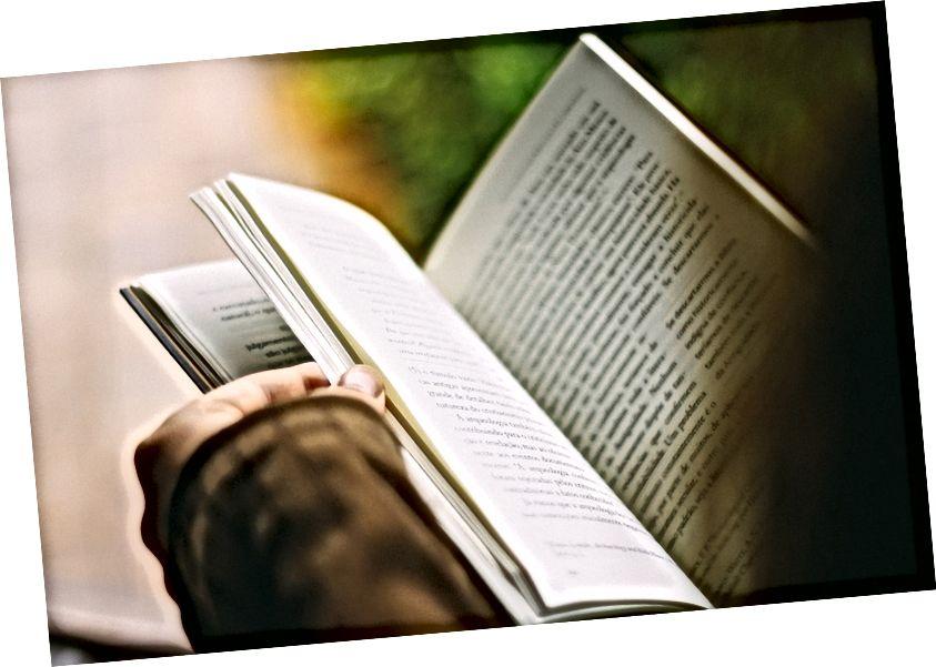 लेखनात दर्शविणे आणि सांगणे यातील महत्त्वाचा फरक