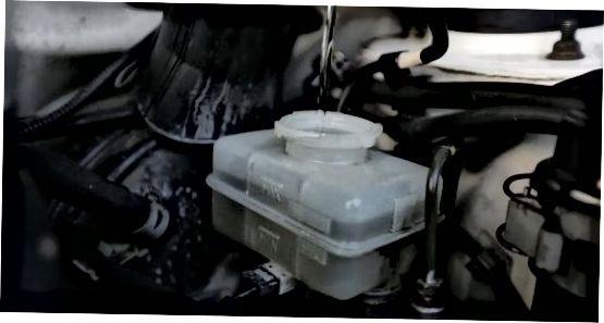 బ్రేక్ ద్రవాన్ని తొలగించడం మరియు భర్తీ చేయడం