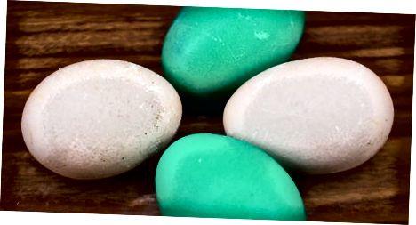 Fierberea ouălor cu ingrediente de colorant natural