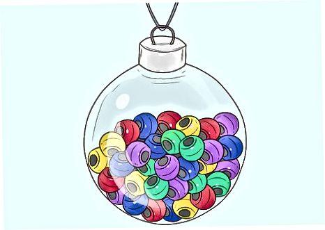 Enchendo enfeites de vidro com outros itens