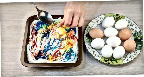 Sjóðið og litað eggin