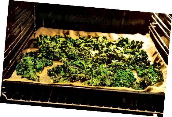 sprø grønnkål på bakeplaten