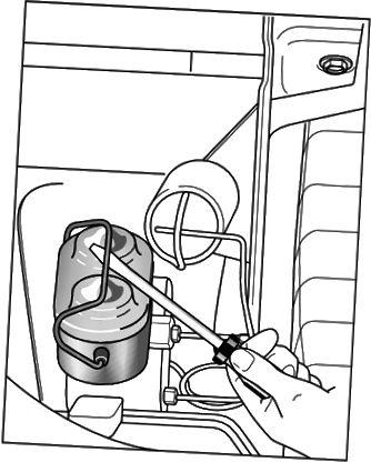 Løsne lokket på en metallgiversylinder med en skrutrekker.