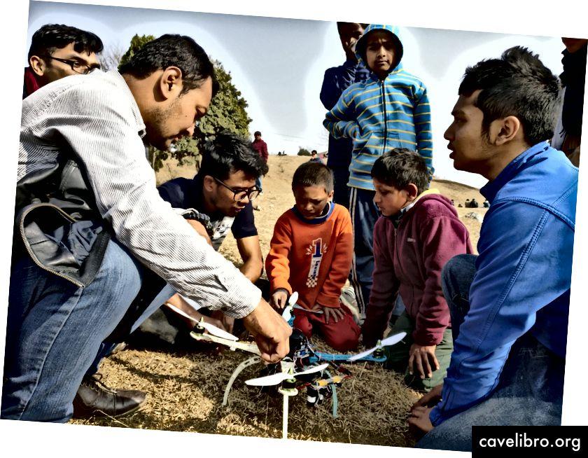 L'équipe de drones teste le nouveau prototype avec des enfants autour d'eux.