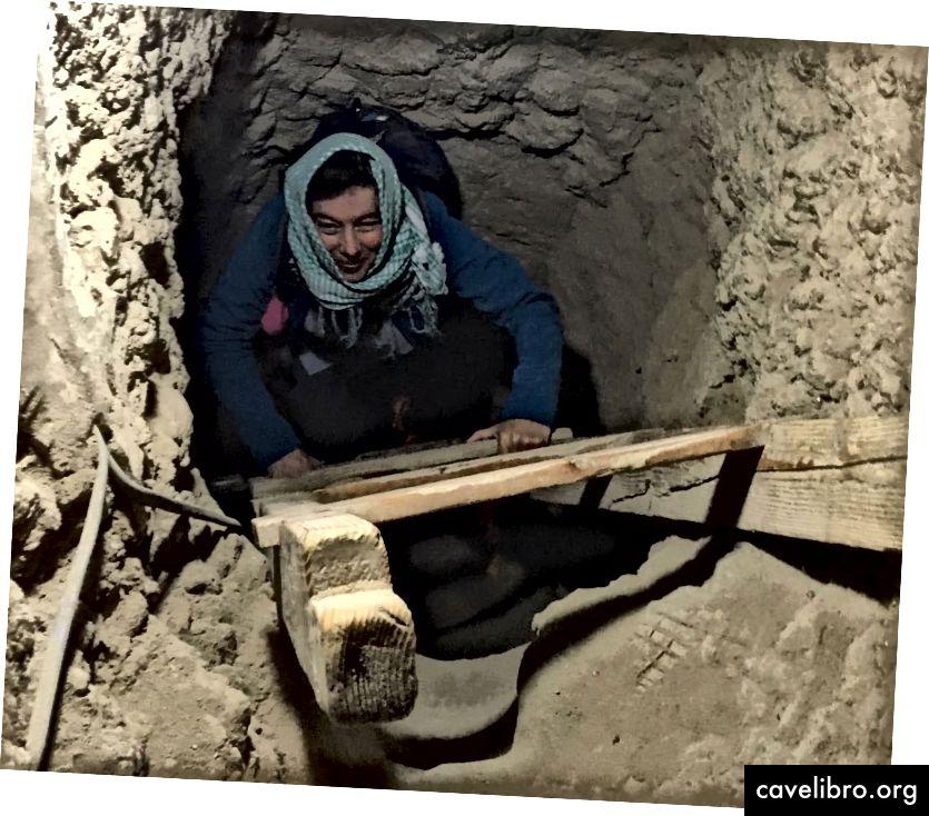 Judith Bunbury émerge d'un tombeau de l'Ancien Empire à Maidum, en Égypte (Ian Ostericher)