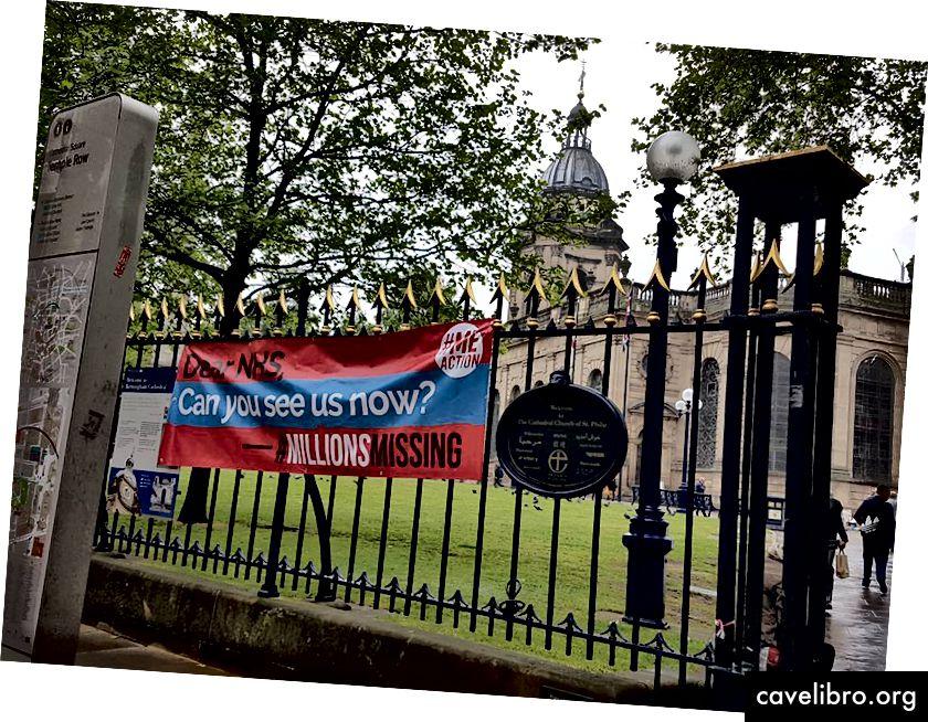 Cấm thân mến NHS, bạn có thể thấy chúng tôi bây giờ không? Biểu ngữ bị mất hàng triệu biểu ngữ, Birmingham, Vương quốc Anh tại Nhà thờ St Philip