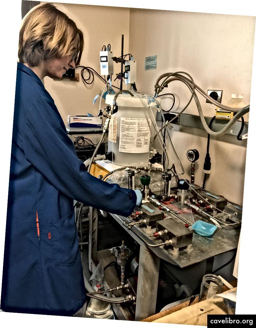 Paige utilise un système à flux croisés pour tester les performances de ses membranes modifiées. Cette étape garantit que les modifications de la membrane sont plus efficaces et peuvent résister aux facteurs de stress lorsqu'elle est utilisée dans une installation de traitement de l'eau.
