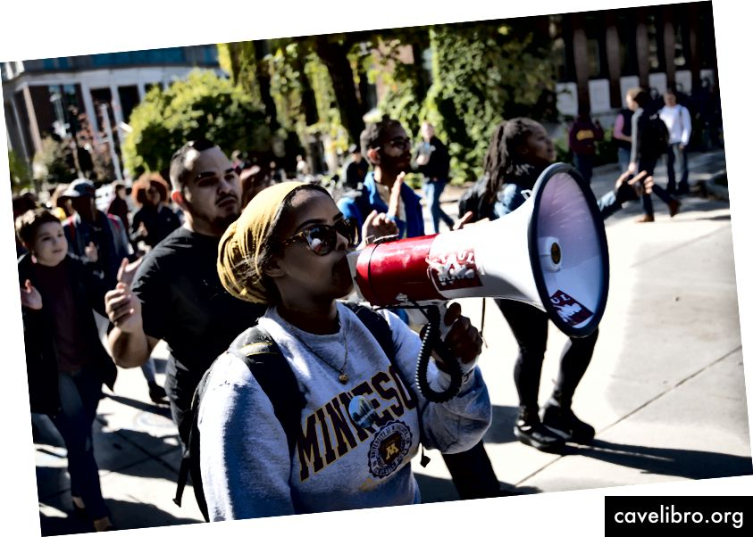 मिनेसोटा विश्वविद्यालय के छात्रों ने कट्टरता और घृणा फैलाने वाले भाषण के खिलाफ एक विरोध मार्च में भाग लिया। यह छवि क्रिएटिव कॉमन्स एट्रीब्यूशन 2.0 जेनरिक लाइसेंस के तहत लाइसेंस प्राप्त है; क्रेडिट: फाइबोनैचि ब्लू।