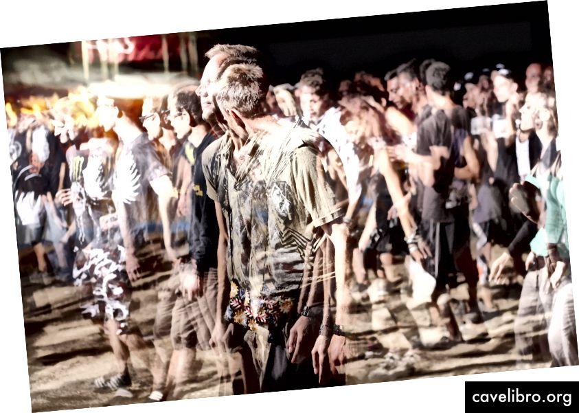 एक बहुरूपदर्शक की तरह लोगों की भीड़। Unsplash पर गोवाशैप द्वारा फोटो