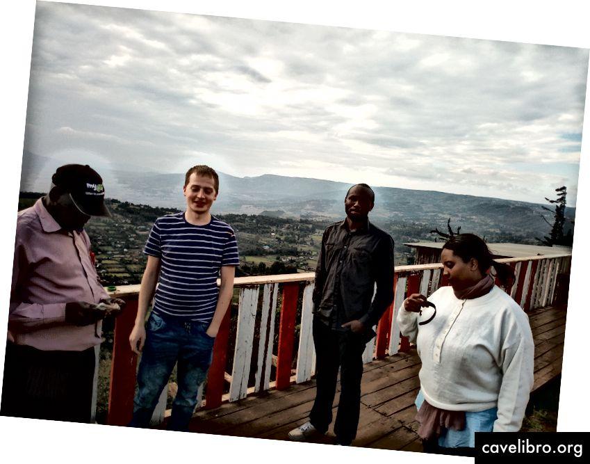 R-L: Ruth, Ken, Alex a nejaký chlap, ktorý sa snaží predávať suveníry, keď sme sa zastavili a dívali sa do údolia Keňa Rift na ceste späť z Keirety.