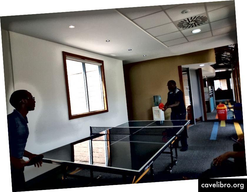 Deux Sams jouant au tennis de table