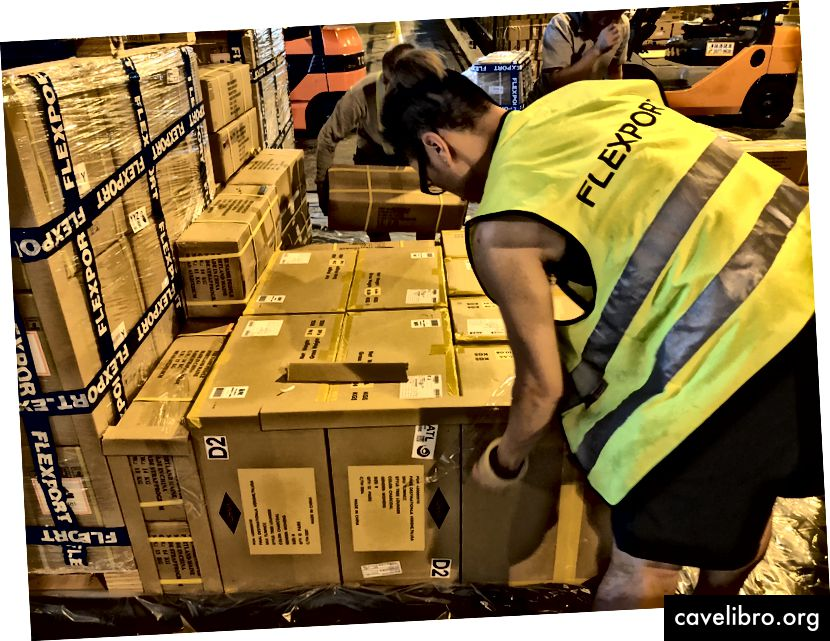 Cargo en cours d'étiquetage.
