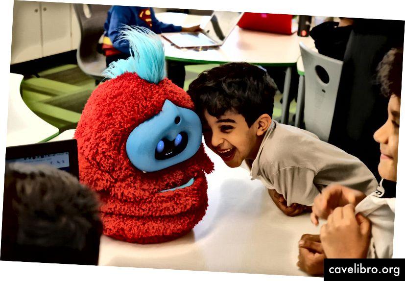 Enfant en interaction avec Tega Robot lors d'un atelier Cognimates en Arabie Saoudite à l'école de Misk. Crédit: Stefania Druga