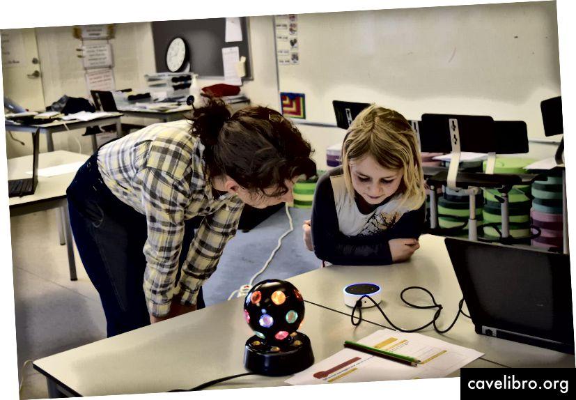 Stefania et Camilla, sept ans, échangent avec Alexa à l'International School of Billund, au Danemark. Crédit: Liam Neilsen