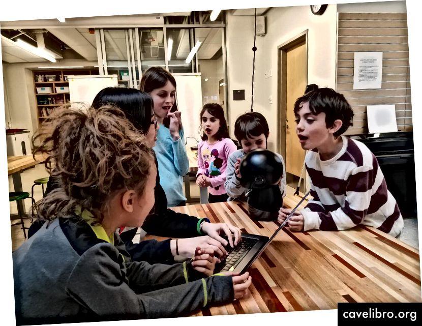Un groupe d'élèves de l'école Shady Hill à Cambridge discute de la façon dont ils pourraient confondre le jeu qu'ils ont créé pour distinguer les chiens des lunettes de soleil. Crédit: Stefania Druga