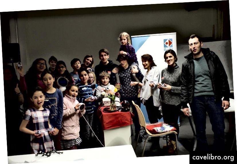 Groupe d'enfants syriens, italiens et allemands et de mentors ayant participé aux ateliers Cognimates à Berlin. Crédit: Pierluigi Delgiudice