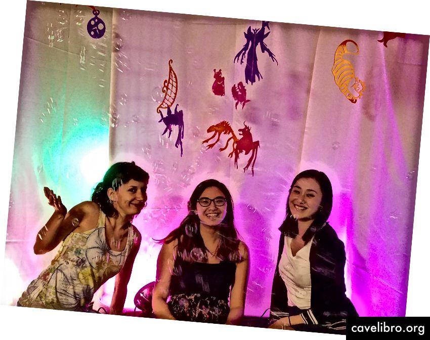 Équipe Cognimates, de gauche à droite: Stefania Druga, Sarah T. Vu, Tammy Qiu. Eesh Likith n'est pas sur la photo. Crédit: Sarah T. Vu