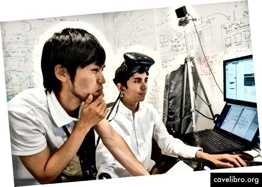 Takahito Ito a aidé Daniel Diaz-Etchevehere, étudiant à l'Université de Rochester (à droite), dans le cadre d'un projet de réalité virtuelle du programme de recherche d'été du MIT. Crédit: Aamena Alshamsi