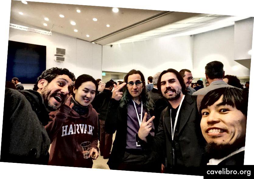 सिजेर हिडाल्गो और ताकाहितो इतो (दाएं से) बायोडिजिटल टीम के अन्य सदस्यों (बाएं से) डैनियल मैगनानी, केली वू और डैनियल मास्किट के साथ। साभार: MIT मीडिया लैब
