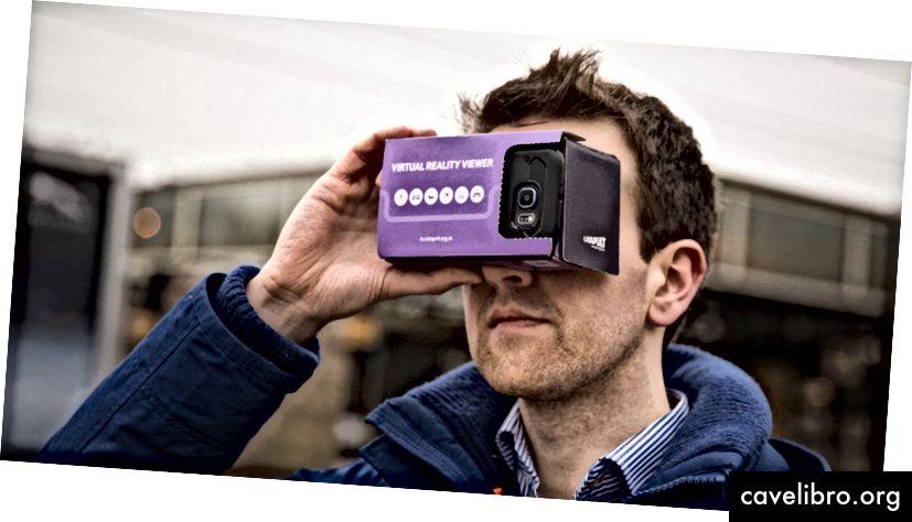 Homme tenant Google un casque en carton sur les yeux