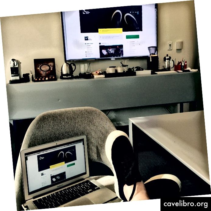 Type / code modelontwerpen met afbeeldingen van mijn voeten in mijn favoriete sneakers. Credit: Stacie Slotnick