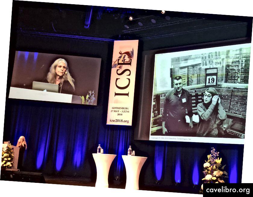 मार्गरेट हैमिल्टन प्रोग्रामिंग मेनफ्रेम की कहानियों को साझा करते हुए।