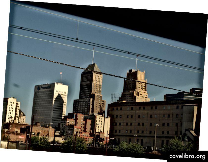 पूर्वोत्तर कॉरिडोर लाइन से नेवार्क क्षितिज का एक दृश्य। फोटो: फ़्लिकर के माध्यम से विलियम एफ। यूरास्को (2008)।