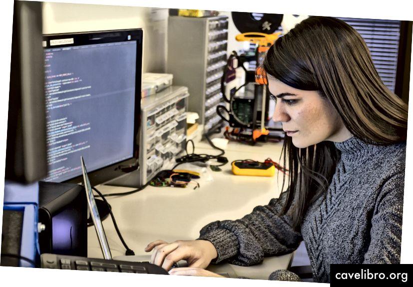 C-K Developer a producent Kate Shirley pracuje na svojom notebooku v laboratóriu