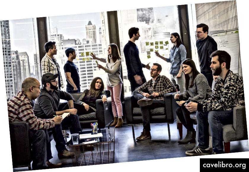Niektorí členovia tímu Innovation Lab sa stretávajú v kanceláriách C-K