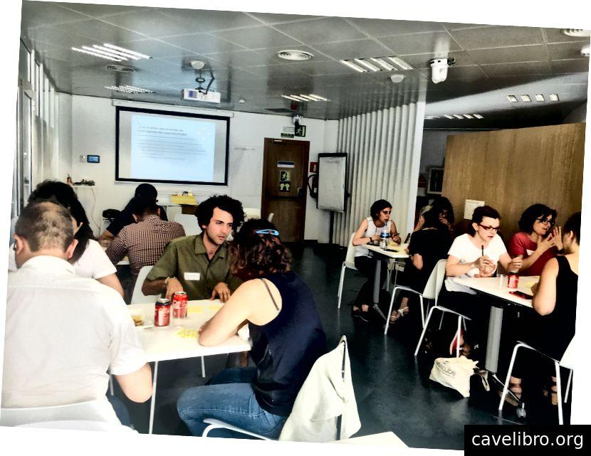 Concepteurs UX, chercheurs, responsables UX, chefs de projet et un analyste de données.