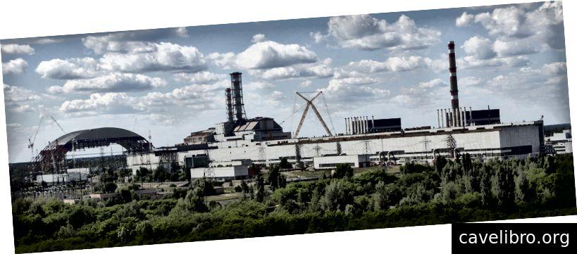 Na levi strani je zgrajen lok; na desni, elektrarna v Černobilu