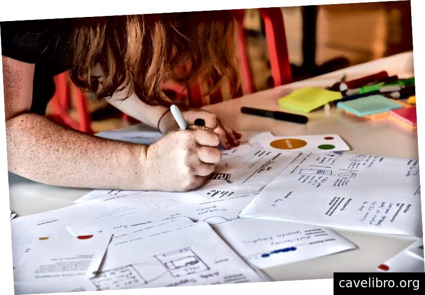 Hình ảnh: Lauren phác thảo một trong nhiều ý tưởng từ phiên thảo luận nội bộ của chúng tôi - một số sáng tạo, những thứ khác kỳ quái.