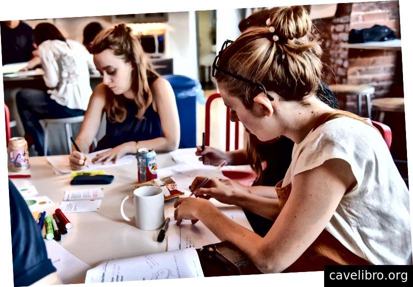 चित्र: हमारे आंतरिक विचार सत्र के दौरान, डिजाइनरों ने समूह के साथ अपनी अवधारणा पर चर्चा करने से पहले पांच मिनट के लिए स्केच किया।