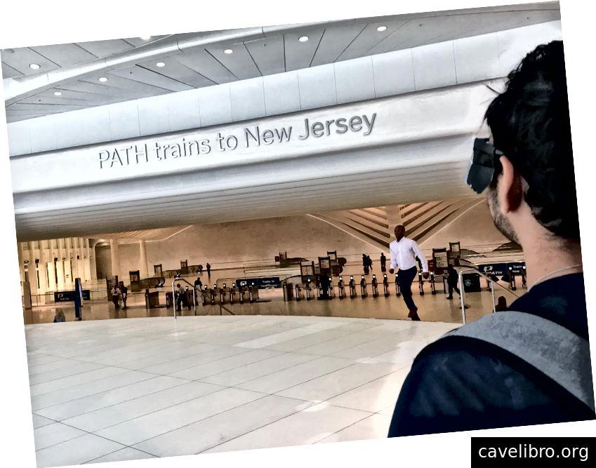 Hình: Darshan đang cố đọc ký hiệu kim loại trên tường cho biết, chuyến tàu PATH đến New Jersey.