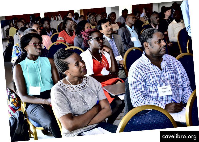 (G) Fred Manang a présenté son exposé sur «Tirer parti des réseaux et des incitations financières pour augmenter les taux de dépistage des maladies non transmissibles en Tanzanie». (D) Les membres de l'auditoire participent au sommet. Crédit photo: Mouris Privet.