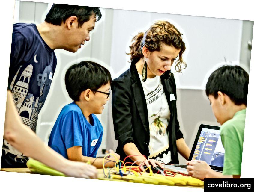 2014 में सिंगापुर में परिवारों के लिए हैकिडेमिया स्टैम कार्यशाला। क्रेडिट: सिंगापुर 2014 में परिवारों के लिए हैकिडेमिया स्टैम कार्यशाला