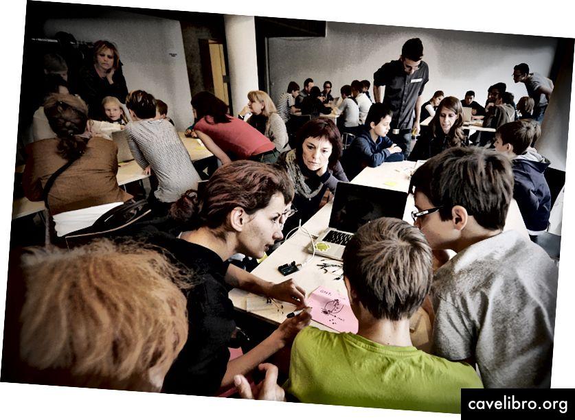 बुडापेस्ट 2015 में बच्चों और शिक्षकों के लिए हैकिडेमिया कार्यशाला। क्रेडिट: हैकिडेमिया 2015