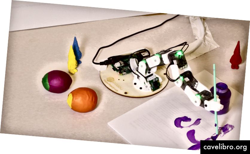 """""""Poppy Ergo Jr"""" roboto projekto pavyzdys, kurį galima užprogramuoti pademonstruoti naudojant autoriaus sukurtą """"Scratch Extension"""". Kreditas: Stefania Druga"""