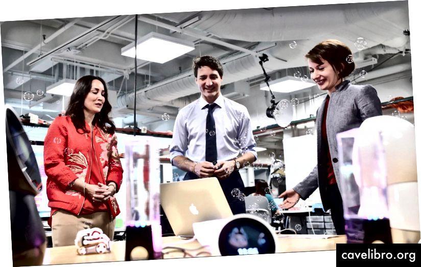 """Pažįsta demonstracinę Kanados ministro pirmininko Justino Trudeau vizitą MIT. Iš kairės į dešinę: Cynthia Breazeal, Justinas Trudeau, Stefania Druga. Kreditas: """"AP Press""""."""