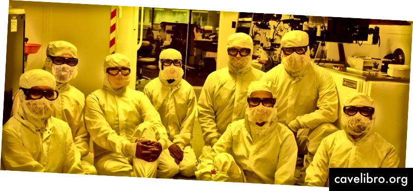 Membres de l'équipe de décodeurs conformes dans la salle blanche du YellowBox.