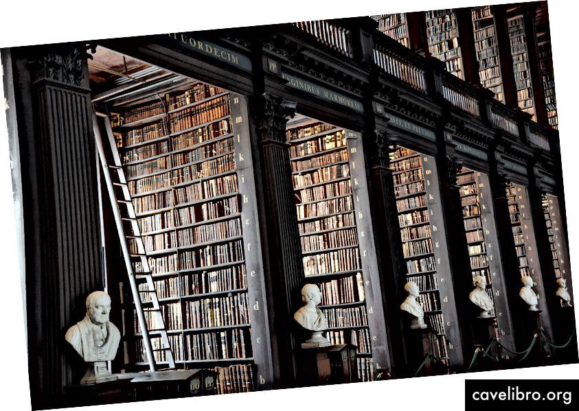 """Biblioteka Trejybės koledže, Dublinas, Airija. Nuotraukų kreditas Alexui Blokui """"Unsplash""""."""