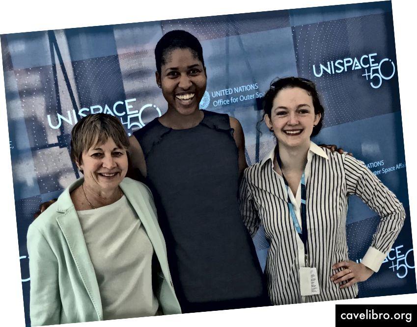 De gauche à droite: Maria Zuber, vice-présidente de la recherche du MIT; Danielle Wood et Ariel Ekblaw à UNISPACE50 à Vienne, juin 2018