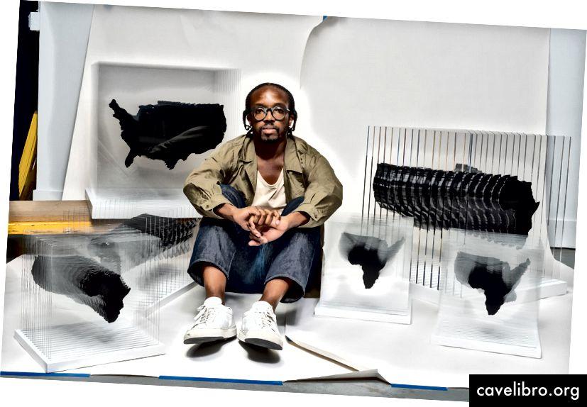 Ekene Ijeoma ze swoją rzeźbą Panfrykańskie AIDS, dzieło badające hiperwidoczność epidemii HIV / AIDS w Afryce i ukrytej w Czarnej Ameryce. Zdjęcie: Kris Graves