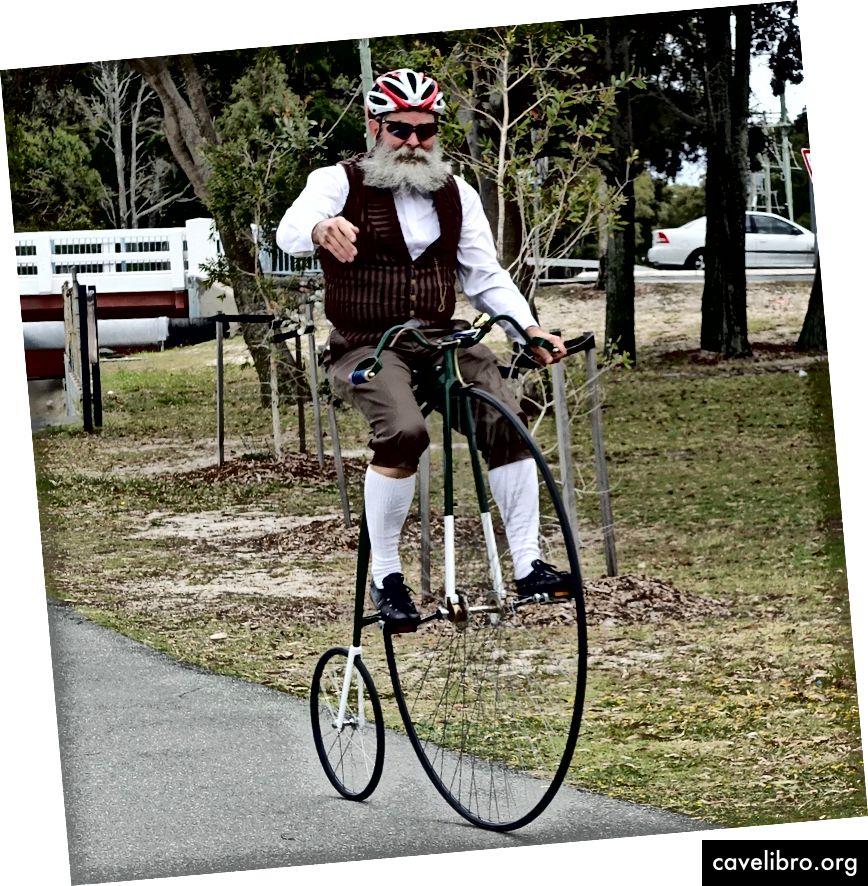 पेनी फ़ेरिंग बाइक की कोई श्रृंखला नहीं थी और कम पैडलिंग के साथ एक बड़ी दूरी को कवर करने के लिए पहिया के आकार पर निर्भर करता था। मेमोरीकैचर द्वारा फोटो।
