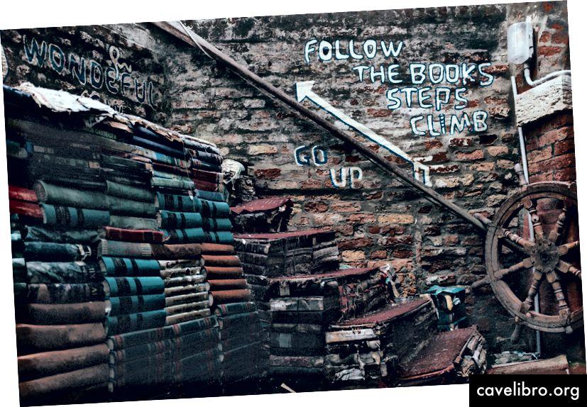 पुस्तकों के ढेर, स्रोत: डार्विन वेगा, अनप्लैश